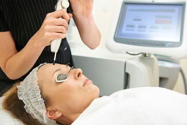 Zabieg dermatologiczny laserem CO2