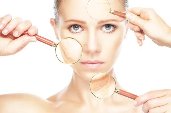 Twarz młodej kobiety podczas badana dermatologicznego